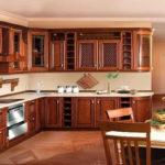 Особенности и достоинства кухни из массива дерева